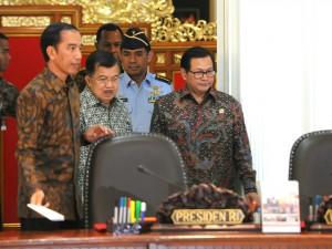 Presiden Jokowi didampingi Wapres Jusuf Kalla dan Seskab Pramono Anung memasuki ruang rapat terbatas, di kantor Presiden, Jakarta, Kamis (15/10) siang