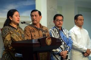 Menko PMK Puan Maharani memberikan penjelasan penanganan korban bancana kabut asap, di kantor Presiden, Jakarta, Jumat (23/10)
