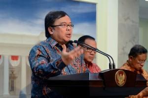 Menkeu Bambang Brodjonegoro menyampaikan keterangan mengenai Paket Kebijakan V, di kantor Presiden, Jakarta, Kamis (21/10) malam