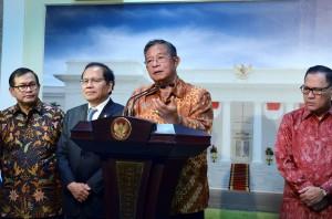 Menko Perekonomian Darmin Nasution memberikan penjelasan tentang Paket Kebijakan V, di kantor Presiden, Jakarta, Kamis (22/10) malam