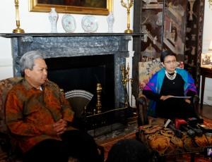 Menlu Retno Marsudi didampingi Dubes RI di AS Budi Bowoleksono menyampaikan agenda pertemuan Presiden Jokowi dan Presiden Obama, dalam keterangan pers di Washington DC, Minggu (25/10) malam