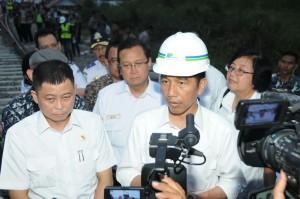 Presiden Jokowi menjawab wartawan seusai meninjau pembangunan rel kereta di Bandara Minangkabau, Padang, Sumbar, Sabtu (10/10)