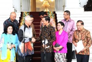 Presiden Jokowi didampingi Ibu Negara Iriana dan PM Malaysia Dato Najib Tun Razak dan istrinya Rosmah Mansur, berbincang di teras Istana Bogor, Jabar, Minggu (11/10)