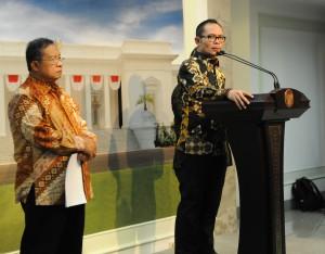 Menaker Hanif Dakhiri didampingi Menko Perekonomian Darmin Nasution saat mengumumkan formula baru sistem pengupahan, di kantor Presiden, Jakarta, Kamis (15/10) petang