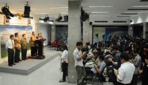 Menko Perekonomian Darmin Nasution mengumumkan Paket Kebijakan Ketiga kepada wartawan, di kantor Kepresidenan, Jakarta, Rabu (7/10) petang
