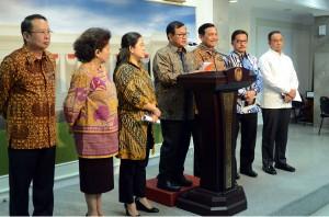 Seskab Pramono Anung didampingi sejumlah menteri menyampaikan hasil ratas pengendalian kebakatan hutan, di kantor Presiden, Jakarta, Jumat (23/10)