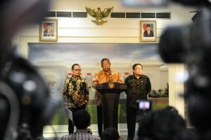 Menko Perekonomian Darmin Nasution didampingi Menaker dan Menkeu mengumumkan Paket Kebijakan IV, di kantor Presiden, Jakarta, Kamis (15/10)