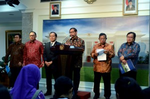 Seskab Pramono Anung didampingi sejumlah pejabat pemerintah memberikan pengantar pengumuman Paket Kebijakan V, di kantor Presiden, Jakarta, Kamis (22/10) petang