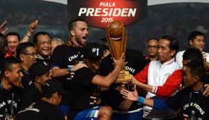 Presiden Jokowi menyerahkan Piala Presiden kepada kapten tim Persib Bandung yang mengalahkan kesebelasan Sriwijaya 2-0, dalam final Piala Presiden, di Senayan, Jakarta, Minggu (18/10) malam