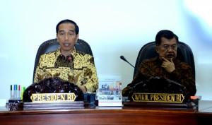 Presiden Jokowi didampingi Wakil Presiden Jusuf Kalla memimpin rapat terbatas, di kantor Presiden, Jakarta, Jumat (23/10)