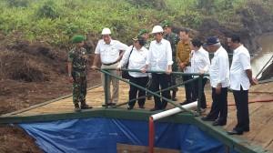 Presiden Jokowi didampingi sejumlah menteri meninjau pembuatan kanal dan embung, di Kab. Pulang Pisau, Kalteng, Sabtu (31/10) siang