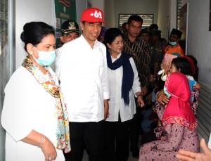 Presiden Jokowi didampingi Ibu Negara Iriana berdialog dengan warga saat mengunjungi Puskesmas Kuok, Desa Lereng Kecamatan Kuok, Kabupaten Kampar, Provinsi ?Riau, Jumat (9/10).