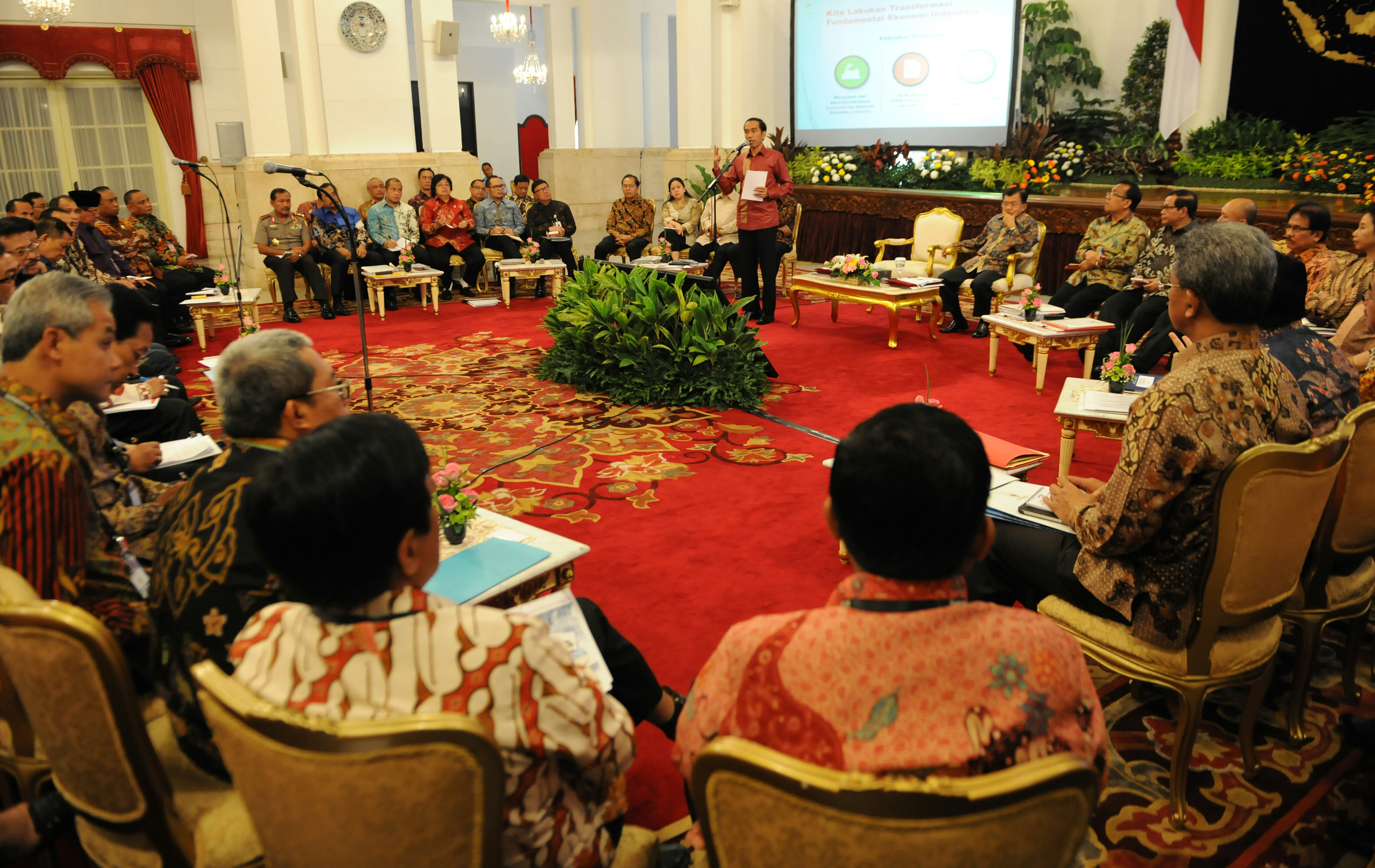 Presiden Jokowi memberikan pengantar pada rapat dengan Gubernur, Bupati/Walikota, di Istana Negara, Jakarta, Rabu (21/10)