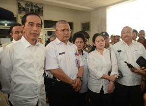 Presiden Jokowi didampingi Menko PMK, Menkes, dan Gubernur Sumsel, di halaman RSUD OKI, Sumsel, Kamis (29/10)