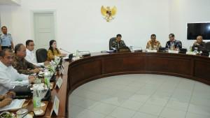 Presiden Jokowi memimpin rapat terbatas membahas percepatan distrubusi KIS, KIP, dan KKS, di kantor Presiden, Jakarta, Rabu (7/10) sore