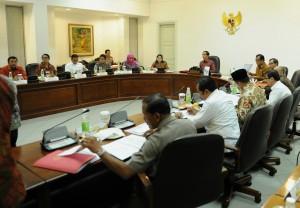 Presiden Jokowi memimpin rapat terbatas membahas penanggulangan kekerasan terhadap anak, di kantor Presiden, Jakarta, Selasa (20/10)