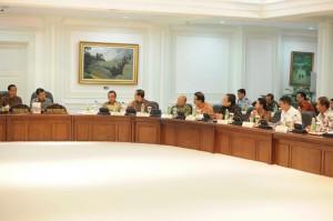 Presiden Jokowi didampingi Wapres Jusuf Kalla memimpin rapat terbatas, di kantor Kepresidenan, Jakarta, Jumat (16/10)