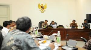 Presiden Jokowi didampingi Wapres Jusuf Kalla memimpin rapat terbatas membahas masalah impor ilegal, di kantor kepresidenan, Jakarta, Senin (12/10) siang