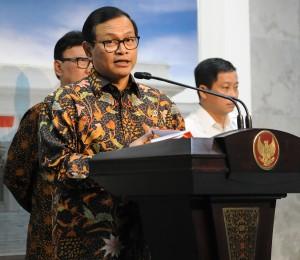 Seskab Pramono Anung menyampaikan rencana pemerintah mengumumkan Paket Kebijakan Ekonomi Tahap III, di kantor Presiden, Jakarta, Kamis (1/10)