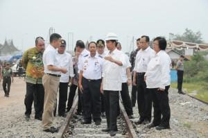 Presiden Jokowi mendiskusikan sesuai dengan Menhub, saat meninjau pembangunan rel kereta di Bandara Minangkabau, Padang, Sabtu (10/10)