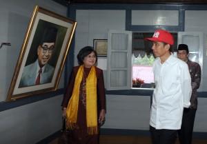 Presiden Jokowi didampingi Meutia Hatta memperhatikan foto Bung Hatta, saat mengunjungi Rumah Proklamator RI, di Bukittinggi, Sumbar, Jumat (9/10) pagi