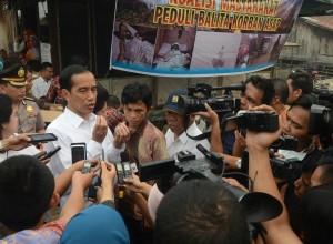 Presiden Jokowi didampingi Syarifuddin, pengelola rumah singgah, dan Menteri PUPR, di Rumah Singgah Seberang Ulu, Palembang, Jumat (30/10) pagi