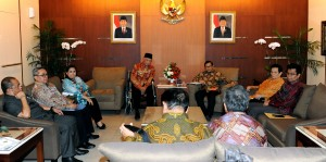 Seskab Pramono Anung menerima kunjungan Gubernur Kaltim Awang Faroek Ishak beserta jajaran pejabat Kaltim, di ruang kerjanya Gedung III Kemensetneg, Jakarta, Senin (26/10) sore