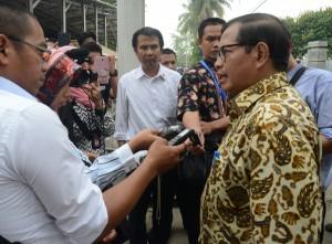 Seskab Pramono Anung menjawab wartawan di halaman kantor Bupati OKI, Sumsel, Kamis (29/10)