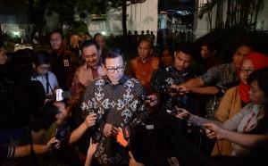 Seskab Pramono Anung dicegat wartawan seusai mengikuti Rapat Kerja Pemerintah, di Istana Negara, Jakarta, Rabu (21/10) malam