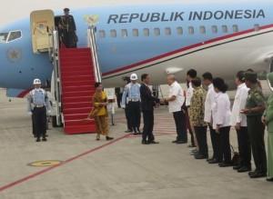 Presiden Jokowi dan Ibu Negara Iriana disambut sejumlah pejabat saat tiba di Bandara Sultan Mahmud Badaruddin, Palembang, Sumsel, Kamis (29/10)