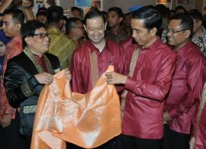 Presiden Jokowi memperhatikan produk tekstil yang ditampilkan dalam Trade Expo Indonesia, di JITC Kemayoran, Jakarta, Rabu (21/10)