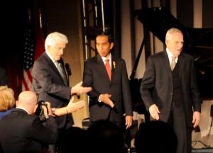 Presiden Jokowi disambut para pejabat US Chamber, saat menghadiri gala dinner US Chamber, di Washington DC, AS, Senin (26/10) malam waktu setempat