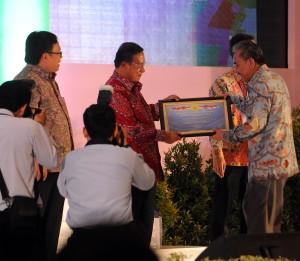 Menko Perekonomian Darmin Nasution didampingi Menkeu Bambang Brodjonegoro menyerahkan penghargaan WTP kepada Waseskab Bistom Simbolon, di Gedung Kemenkeu, Jakarta, Jumat (2/10)