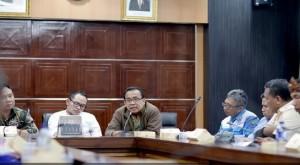 Mensesneg Pratikno dan Menaker Hanif Dakhiri menerima perwakilan buruh yang melakukan aksi unjuk rasa di halaman Istana Merdeka, Jakarta, Jumat (30/10) sore