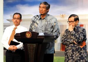 Wakil Menkeu Mardiasmo didampingi Seskab Pramono Anung dan Dirjen Bea dan Cukai Heru Pambudi memberikan keterangan pers, di kantor Presiden, Jakarta, Senin (12/10) sore