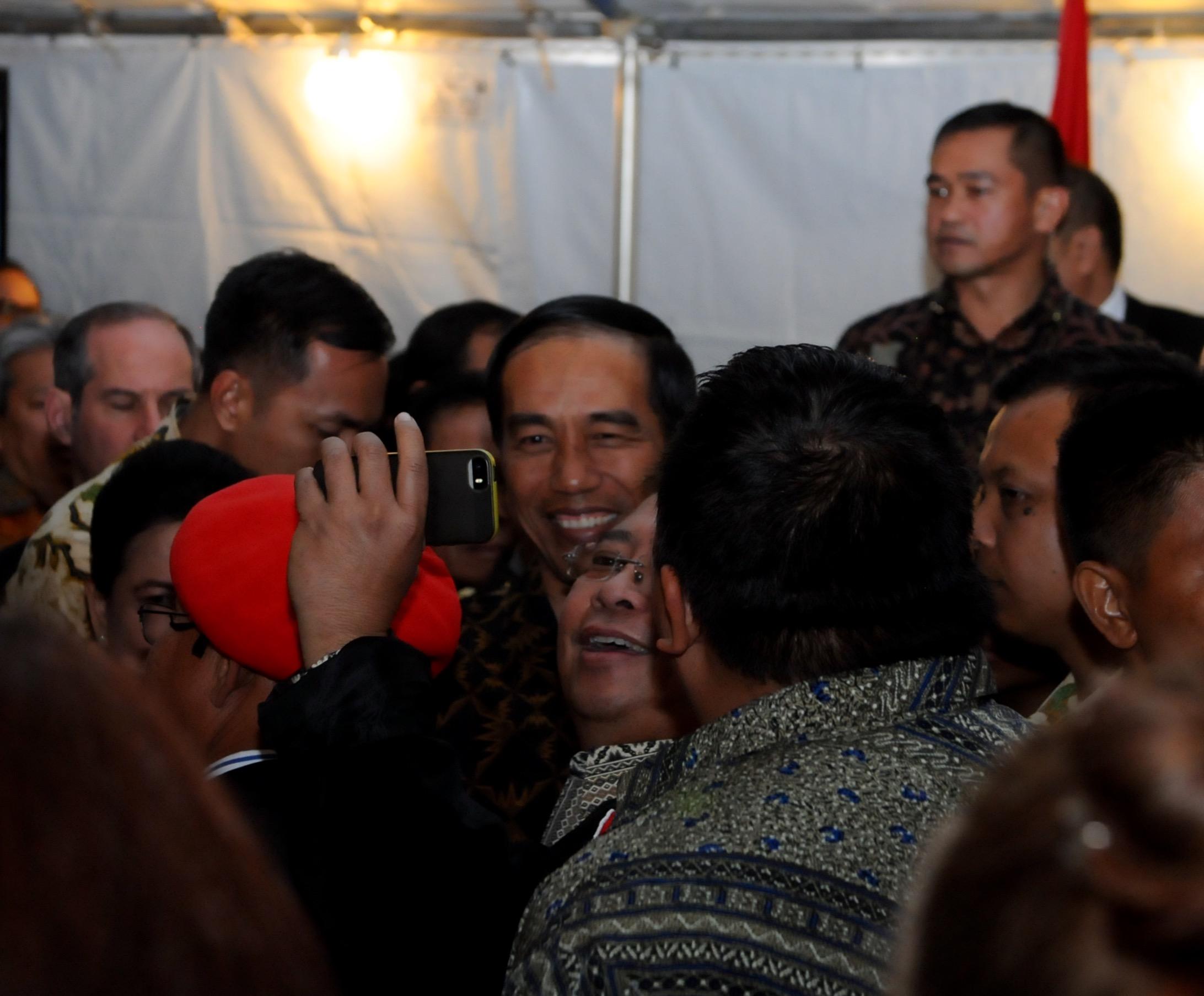 Warga Indonesia di AS sangat antusias menyambut kunjungan Presiden Jokowi. Mereka tak ragu untuk berebut selfi, di Wisma Tilden, Washington DC, Minggu (21/10) sore
