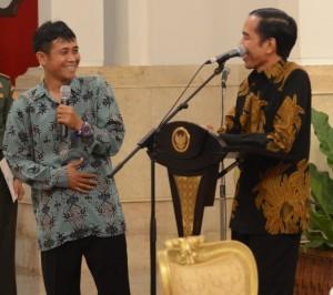 Pencetak gol terbanyak dan pemain terbaik Piala Presiden 2015 Zulham Zamrun berdialog dengan Presiden Jokowi, di Istana Negara, Jakarta, Senin (19/10) malam