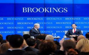 Presiden Jokowi bersama moderator Dr. Ricard Bush, pada acara di Brookings Intitute, di Washington DC, AS, Selasa (27/10)