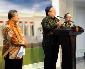 Menkeu Bambang Brodjonegoro didampingi Menko Perekonomian dan Menaker dalam keterangan pers, di kantor Presiden, Jakarta, Kamis (15/10) petang