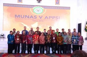Presiden Jokowi berfoto bersama para Gubernur, yang menjadi peserta Munas V APPSI, di Makassar, Sulsel, Rabu (25/11) malam