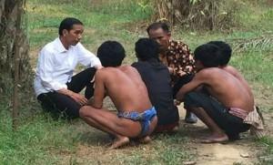 Presiden Jokowi berdialog dengan Suku Anak Dalam, dalam kunjungan ke Sarolangun, Jambi, Jumat (30/10) lalu.