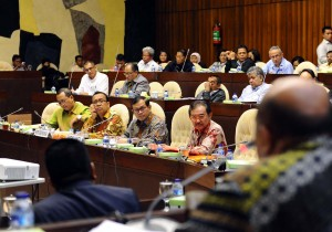 Seskab Pramono Anung bersama Mensesneg Pratikno, Waseskab Bistok Simbolon, dan Sesmensesneg, dalam rapat kerja dengan Komisi II DPR-RI, Jakarta, Selasa (24/11) malam