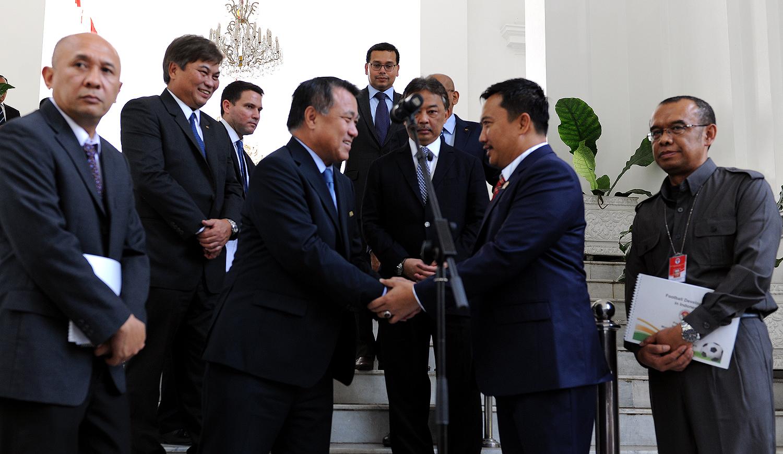 Menpora Imam Nahrawi didampingi Kepala Staf Presiden Teten Masduki bersama delegasi FIFA dan AFC, seusia diterima Presiden Jokowi, di Istana Merdeka, Jakarta, Senin (2/11)
