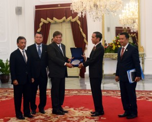 Presiden Jokowi menerima delegasi FIFA dan AFC, di Istana Merdeka, Jakarta, Senin (2/11) siang