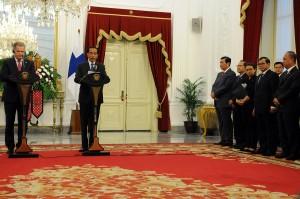 Presiden Jokowi dan Presiden Finlandia Sauli Vainamo Niinisto menyampaikan keterangan pers, di Istana Merdeka, Jakarta, Selasa (3/11)