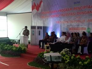 Kepala BKPM Franky Sibarani menyampaikan laporan pada peluncuran program Penciptaan Lapangan Kerja, di Gresik, Jatim Rabu (11/11)
