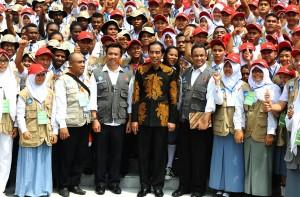 Presiden Jokowi berfoto bersama peserta Kawan Kepemimpinan Pelajar 2015, di halaman depan Istana Merdeka, Jakarta, Rabu (18/11)