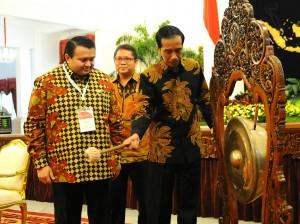 Presiden Jokowi memukul gong tanda dimulainya Konvensi Humas Nasional 2015, di Istana Negara, Jakarta, Rabu (18/11)