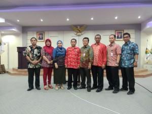 Asdep Humas dan Protokol Setkab Alfurkon Setiawan berfoto bersama jajaran Biro Humas dan Protokol Pemprov Sulteng, di Palu, Sulteng, Jumat (27/11)
