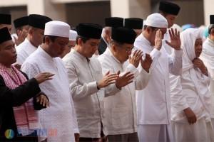 Wapres Jusuf Kalla, Menag Lukman Hakim Saifuddin, dan ribuan umat Islam mengikuti shalat Istisqa, di halaman Masjid Istiqlal, Jakarta, Minggu (1/11) pagi